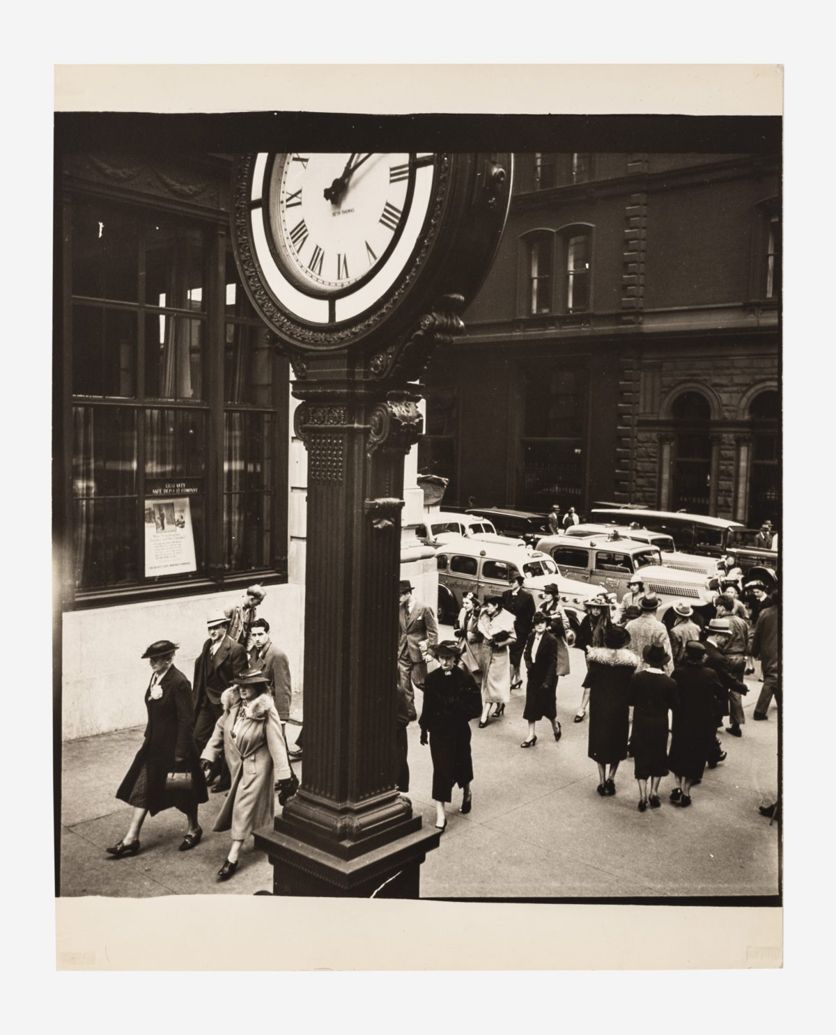 Berenice Abbott - Tempo of the City, 5th Avenue and 44th Street, New York